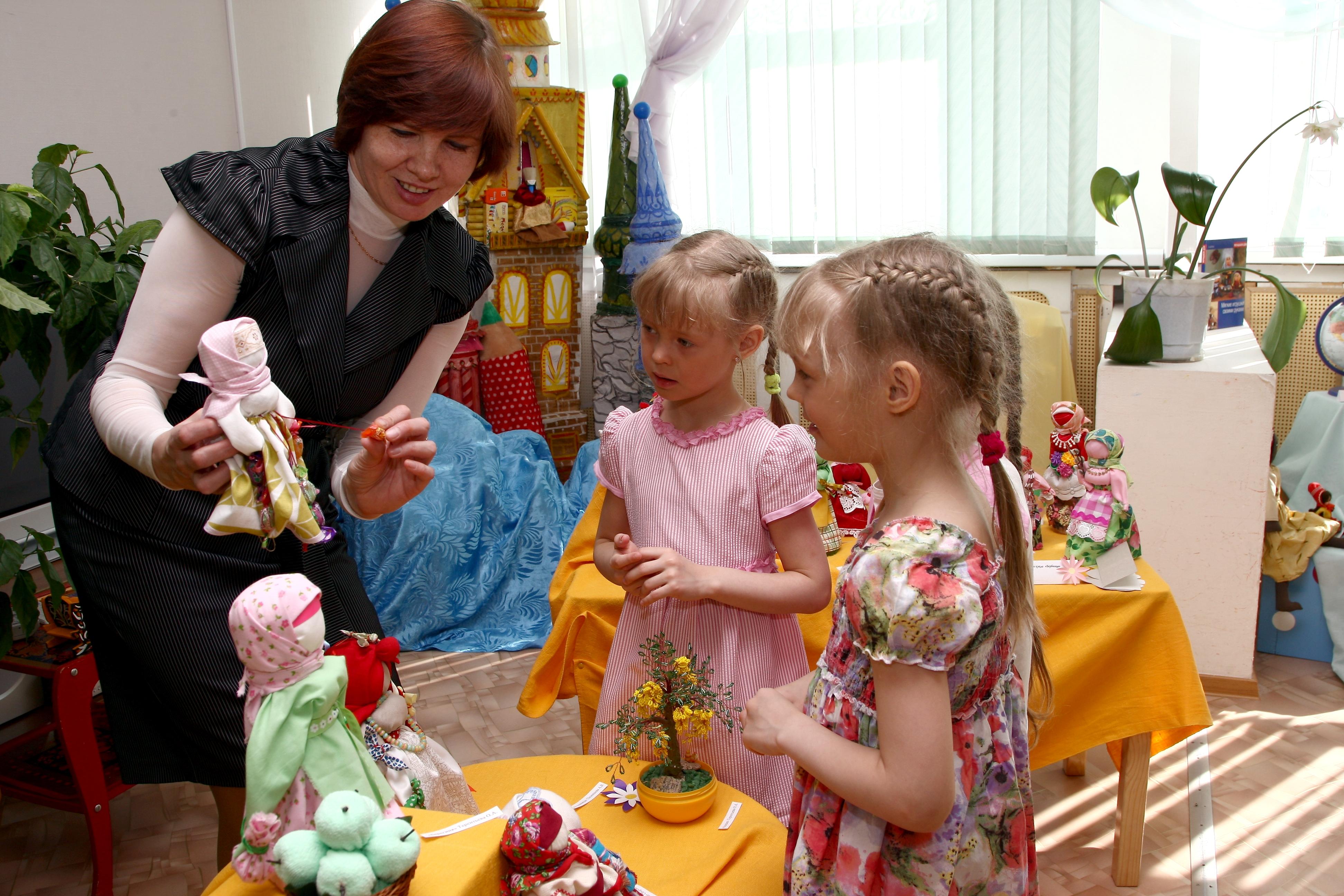 Фото воспитатель встречает детей