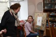 Ольга Полякова проводит мастер-класс для нарьян-марских художников