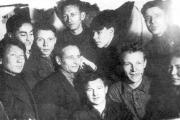 Иван Меньшиков в верхнем ряду второй справа. Фото сделано Георгием Суфтиным на первом заседании литкружка 23 января 1934 года.