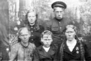 Шура Безбородова (в верхнем ряду) с земляками