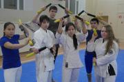 Воспитанники сенсея Валерия Олара демонстрируют тренировочную версию традиционного окинавского холодного оружия