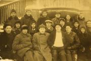 Участники совещания партактива рядом со зданием Дома ненца и первого театра Нарьян-Мара. Лымин в буденовке – в центре. Его трудно не узнать