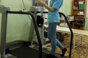 Медсестра отделения спортивной медицины Евгения Матаева  демонстрирует оборудование для эргосперометрии, когда  спортсмену дается нагрузочная проба, исследуется работа  сердечно-сосудистой и дыхательной системы, анализируются  выдыхаемые газы и потребление кислорода