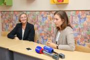Вице-губернатор Татьяна Логвиненко поздравила основателя центра Polyglot Наталью Сафонову с получением лицензии на деятельность в сфере дополнительного образования