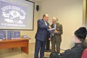 Один из экземпляров книги Юрий Канев вручил ветерану  Василию Самойлову