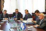 Вадим Тюльпанов (второй слева) рассказал депутатам, как он отстаивает интересы округа в столице
