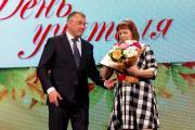 Марина Лукьянчикова принимает поздравления от губернатора