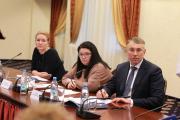 Председатель Общественной палаты НАО Екатерина  Бурдикова (слева), Оксана Катовская и Игорь Кошин  с интересом слушали представителей третьего сектора