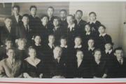 Семён Явтысый – первый ненецкий пилот, окончил Ненецкую школу-  интернат в 1959 году. На фото: С. Явтысый среди одноклассников
