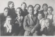 Выпускной класс средней школы. 1941 год. В центре –  директор А.А. Пичугин. В годы войны погиб под Сталинградом