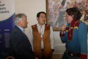 Сообща решаются все жизненно-важные вопросы коренных народов  Арктики (в центре Михаил Погодаев – председатель Ассоциации  «Оленеводы мира»)