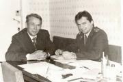 Виктор Юлианович Кмить с  Кожевиным Сергеем Яковлевичем, который  начинал свою службу в ОВД Ненецкого окрисполкома в 1969 году.