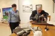 Историк Марина Коловангина и представитель поколения детей войны Вячеслав Корепанов в выставочном зале