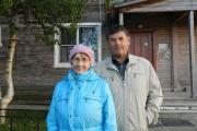 Валентина и Юрий Лешуковы у своего дома в Новом посёлке