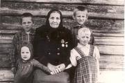 Шайтанова Евдокия Ивановна с внуками / Фото из фондов НКМ