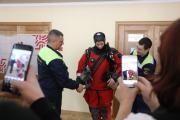Руслан Чупров примеряет костюм водолаза на ярмарке учебных мест / Фото Екатерины Шутяк