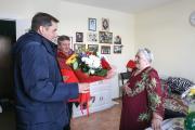 Валентина Коткина принимает поздравления / Фото Антона Тайбарея