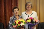 Счастливые обладательницы юбилейной медали «90 лет НАО» Эмилия Витязева и Татьяна Журавлёва / Фото автора