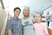 Валерия с мамой и сестрой в ожидании долгожданного рейса / Фото Екатерины Шутяк