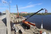 Обустройство временного моста идёт полным ходом / Фото Екатерины Шутяк