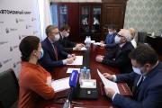 Юрий Бездудный и Борис Бажуков обсудили функционал электронных социальных карт / Фото Екатерины Эстер