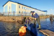 Мостки оперативно укрепляют / Фото предоставлено ГУ МЧС России по НАО