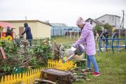 Ребята тоже вносят свой вклад в благоустройство территории / Фото Алексея Орлова