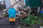 Нина Ивановна у крыльца своего дома / Фото автора