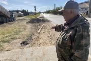 Староста Сахалина Сергей Клокотов показывает пешеходный участок, где демонтировали плиты / Фото автора