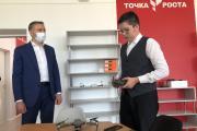 Михаил Пластинин показывает губернатору НАО как управлять квадрокоптером. Оказывается, не так и сложно / Фото автора