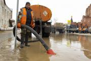 После таяния снегов с улиц Нарьян-Мара откачивают воду / Фото Игоря Ибраева