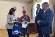 Победитель конкурса Иван Ледков принимает подарки из Звёздного городка / Фото автора
