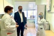 Юрий Бездудный приехал в поликлинику в связи с обращением жителей / Фото пресс-службы администрации НАО