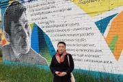 Дочь Прокопия Явтысого Лариса у граффити, посвящённого её отцу / Фото из семейного архива