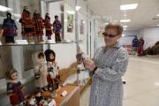 Маргарита Латышева рассказала, что куклы, представленные на этой выставке, «демонстрируют» красочную одежду, характерную для жителей Канинской, Большеземельской и Малоземельской тундр / Фото Екатерины Эстер