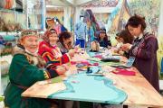 Валентина Тайбарей и Надежда Талеева делятся мастерством изготовления национальных сувениров / Фото из открытых источников