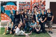 Юлия Некрасова (крайняя слева в верхнем ряду) с участниками образовательного лагеря и певицей Монеточкой (в центре) / Фото участников лагеря