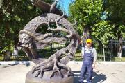 Николай Вылка на фестивале бетонных скульптур представил композицию «Зов». Мастер из НАО изобразил шаманку, играющую на варгане, орла и священное дерево / Фото предоставлено Николаем Вылкой