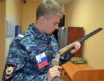 Помощник оперативного дежурного дежурной части УМВД  старший сержант полиции Сергей Чупров за осмотром  сданного охотничьего ружья