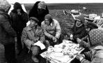 Алексей Пичков среди оленеводов. Фото В. Матьшина, 1990. Из фондов ГААО.