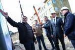 Директор «Версо М» Игорь Резниченко (слева) рассказывает о новостройках в Нарьян-Маре