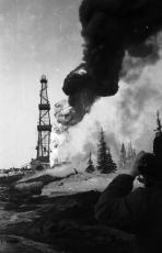 Нефтяной фонтан на 1-й Верхне-Грубешорской буровой при испытании скважины, апрель 1971 / Фото В. Толкачева