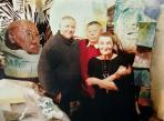 Ада, Владимир и Иван Ледков у скульптуры Тыко Вылки / Фото предоставлено семьёй Ледковых