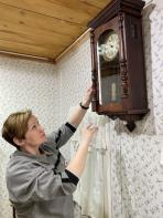 Старинные настенные часы ТД «Братьев Четуновых» органично вписываются в интерьер Дома Шевелёвых / Фото автора