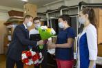 Вице-губернатор Андрей Блощинский пообщался с медиками, работающими в «красной» зоне, и поблагодарил за труд всех, кто сегодня борется с пандемией / Фото Елены Дуркиной