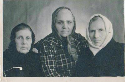 В доме отдыха Литфонда СССР в Подмосковье. Маремьяна Голубкова – в центре