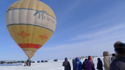 Желающие покататься на воздушном шаре выстроились в очередь