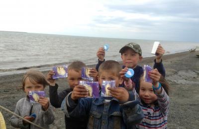 Дети поселка Усть-Кара могут похвастать – они видели белого медведя не только по телевизору