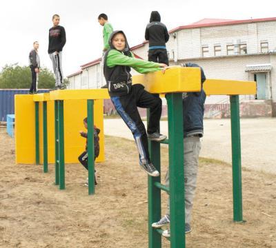 Воспитанники Ненецкой школы-интерната осваивают полосу препятствий