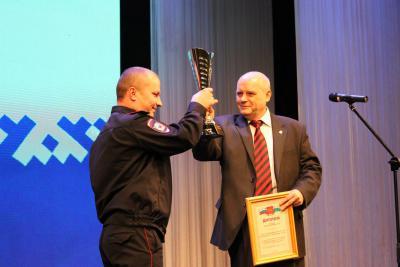 Председатель окружного суда Евгений Мартынов  награждает команду УМВД